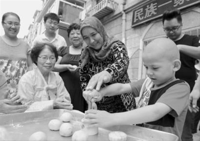 少数民族居民欢聚一堂迎接中秋佳节