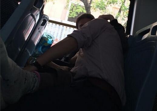 中年男女公交车激吻半小时 盘点公交车上的食色男女高清图片