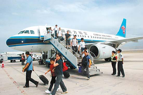 中国南方航空公司首次开通大连-西安-敦煌往返航线