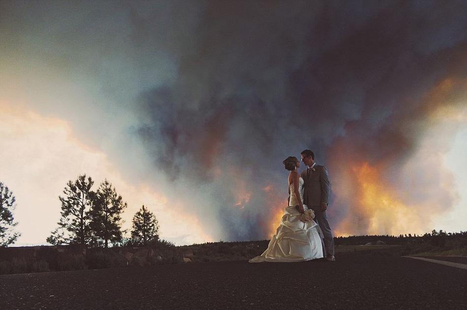 背景 俄勒冈州/美国一夫妻以山火为背景拍婚纱照