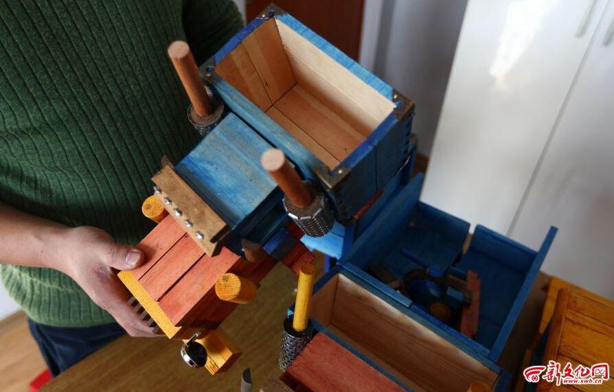变形金刚迷打造木头擎天柱