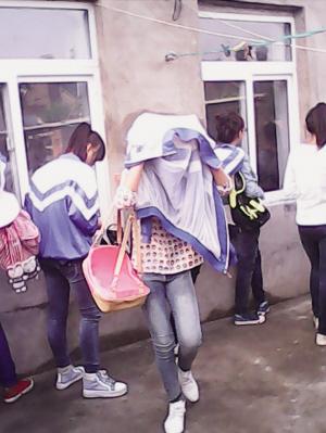 凉水泼身逼跪搓衣板 沈阳初二女生遭同学暴打