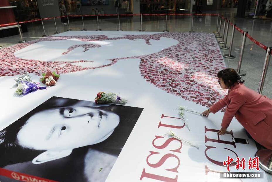 4月1日,在長春市某商場內,張國榮的粉絲用近萬個手印拼出了哥哥張國榮的頭像。當天是張國榮逝世12周年紀念日,不少粉絲聞訊來到手印頭像前獻花。 中新社發 張瑤 攝