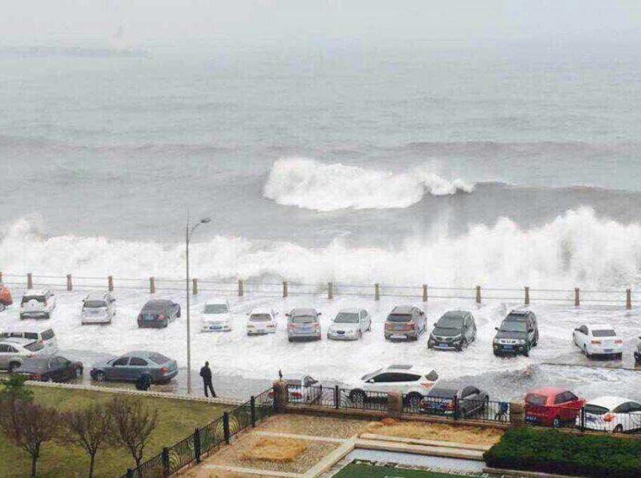 """青岛前海掀巨浪 多车""""体验冲浪"""""""