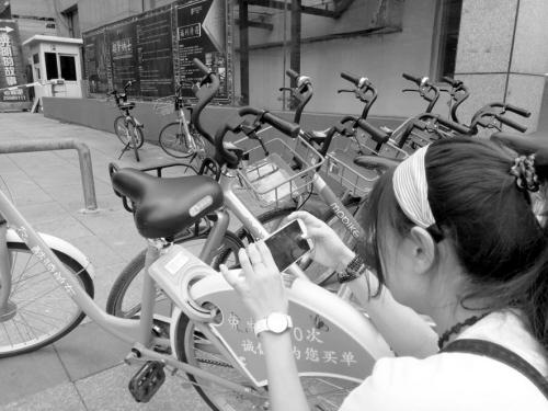 """95後""""小綠俠""""仨月解救百余輛共享單車"""