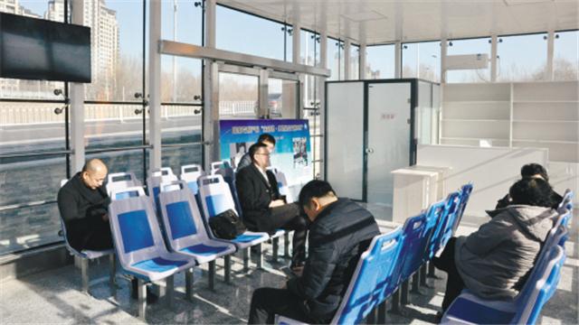 智慧+溫暖 玻璃公交亭亮相