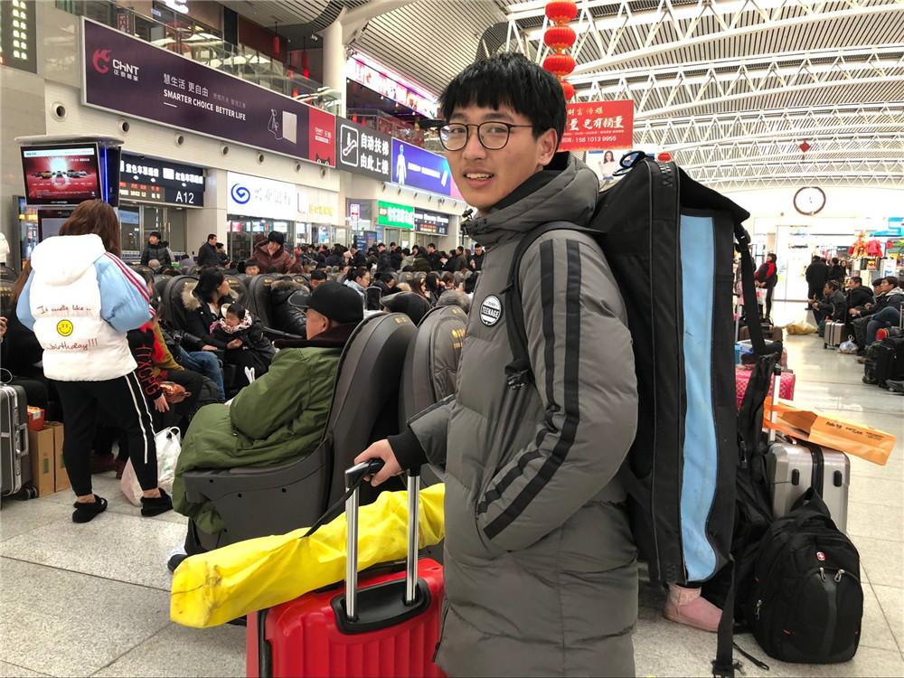 直击沈阳火车站内的春运故事 回家路上的你、我、他!