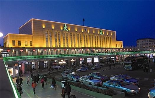 夜幕降臨後的大連火車站