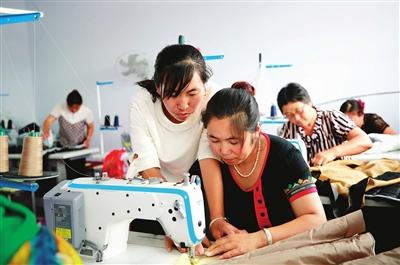 锦州:打工妹返乡办起扶贫服装厂
