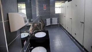 """沈阳现""""智能""""公厕 扫码就能免费取卫生纸"""