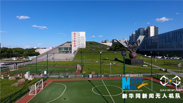 航拍青青草坪下的图书馆——沈阳市图书馆