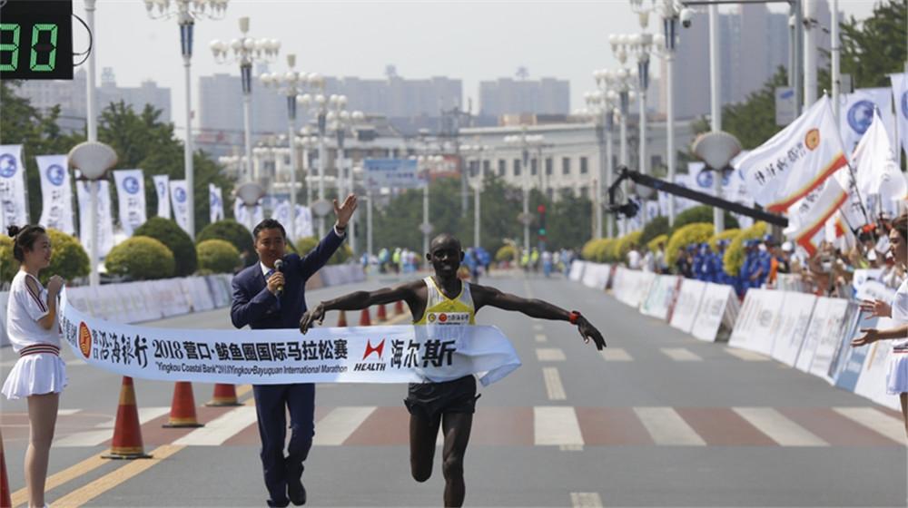 全程馬拉松男子組冠軍肯尼亞選手Tarus David Kiptui衝過終點