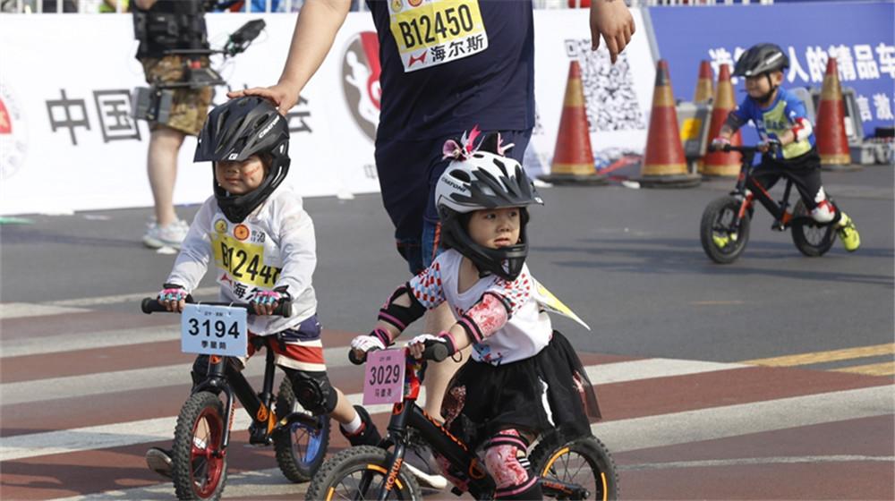 小騎手在鲅魚圈馬拉松賽道亮相
