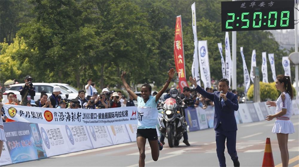 全程馬拉松女子組冠軍埃塞俄比亞選手Tesfaw Etalem Terefe衝過終點
