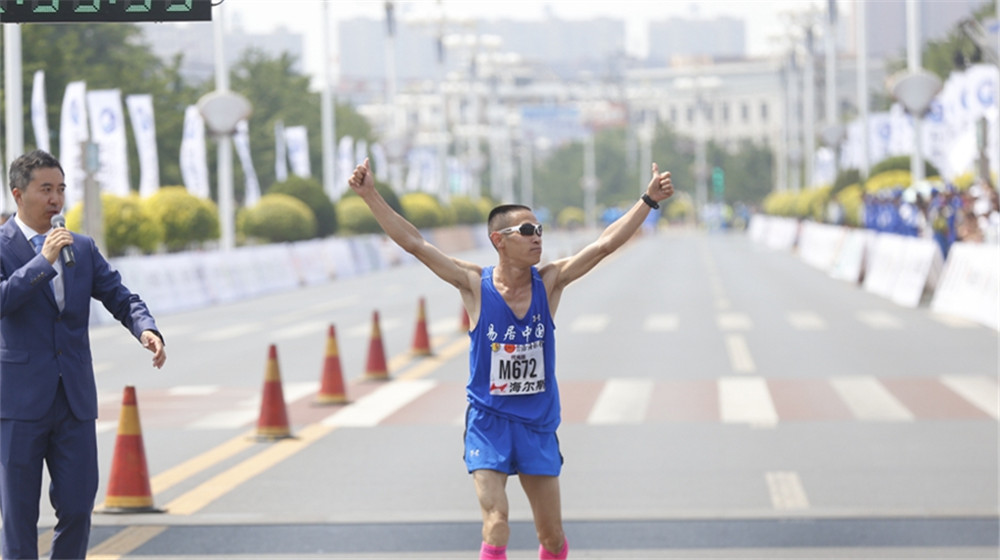 第一個完成全程馬拉松項目的中國選手代光臣衝線