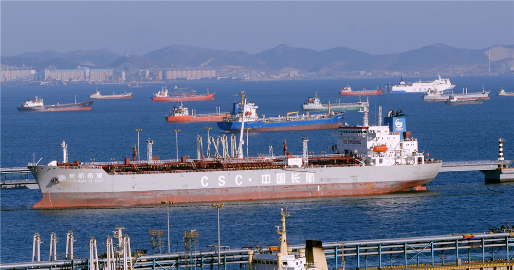 長航希望號油輪正在裝運成品油