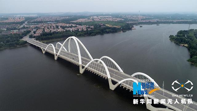 航拍:六跨中承式飄帶形提籃拱橋——伯官大橋