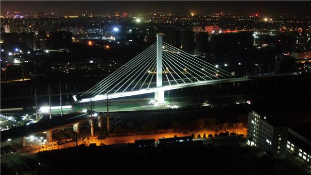 沈陽:萬噸大橋在鐵路咽喉上轉體