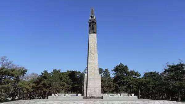 遼寧舉行向烈士紀念碑敬獻花籃儀式