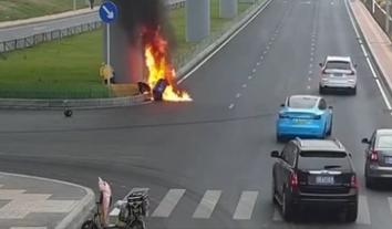 【視頻】大連街頭火速救援 外賣小哥不畏艱險救同行