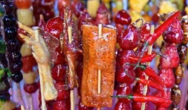 【視頻】東北花式糖葫蘆!東北攤主用豬蹄辣條做糖葫蘆